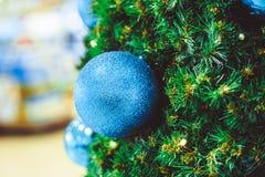 Шарик рождества на ели ветвей Стоковые Фото