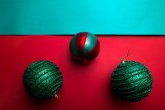 Шарик рождества на backround зеленого и красного перца приветствие рождества карточки рождество веселое Взгляд сверху скопируйте  Стоковое Фото