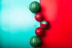 Шарик рождества на backround зеленого и красного перца приветствие рождества карточки рождество веселое Взгляд сверху скопируйте  Стоковые Фото