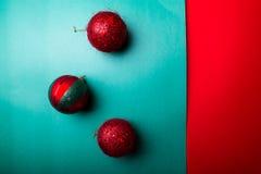 Шарик рождества на backround зеленого и красного перца приветствие рождества карточки рождество веселое Взгляд сверху скопируйте  Стоковое фото RF