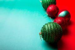 Шарик рождества на backround зеленого и красного перца приветствие рождества карточки рождество веселое Взгляд сверху скопируйте  Стоковые Изображения