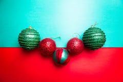 Шарик рождества на backround зеленого и красного перца приветствие рождества карточки рождество веселое Взгляд сверху скопируйте  Стоковая Фотография RF