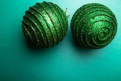 Шарик рождества на backround зеленого перца приветствие рождества карточки рождество веселое Взгляд сверху скопируйте космос Конц Стоковая Фотография