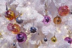 Шарик рождества орнаментирует смертную казнь через повешение украшения на рождественской елке Стоковое фото RF
