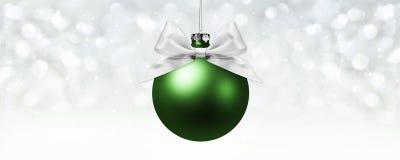 Шарик рождества, серебряный смычок ленты сатинировки на запачканных ярких светах Стоковое Изображение