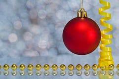 Шарик рождества с серпентином на bokeh предпосылки Стоковое фото RF