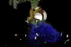 Шарик рождества взрывая Яркие блески понижаясь вниз Стоковое фото RF