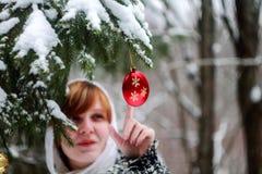 Шарик рождества женщины касающий Стоковое Изображение RF