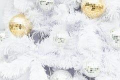 Шарик рождества золота на белой рождественской елке Стоковые Изображения