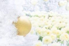 Шарик рождества золота на белой рождественской елке Стоковые Изображения RF