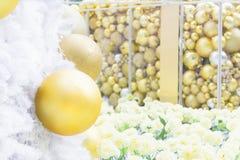 Шарик рождества золота на белой рождественской елке Стоковая Фотография