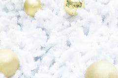 Шарик рождества золота на белой рождественской елке Стоковое Изображение