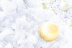 Шарик рождества золота на белой рождественской елке Стоковое фото RF