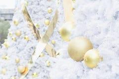 Шарик рождества золота на белой рождественской елке Стоковая Фотография RF