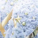 Шарик рождества золота на белой рождественской елке Стоковые Фото