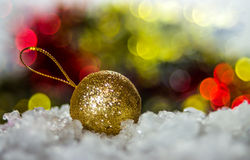Шарик рождества золота на defocused предпосылке светов Стоковые Изображения RF