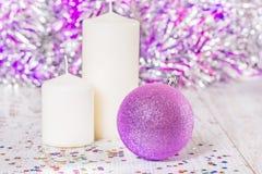 Шарик рождества и 2 белых свечи, конец-вверх Стоковое Изображение