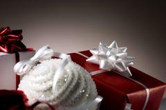 Шарик рождества и несколько коробок Стоковые Фото