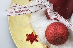 Шарик рождества на золотой плите стоковое фото