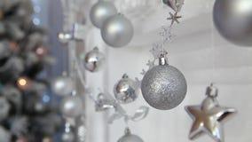 Шарик рождества на предпосылке запачканной ночи освещает видеоматериал