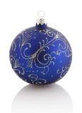 Шарик рождества (орнамент рождества) Голубой цвет изолировано Стоковая Фотография