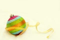 Шарик рождества радуги с лентой с backgrou космоса бесплатной копии Стоковое Фото