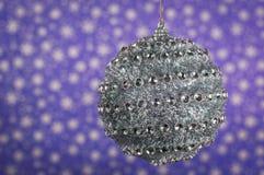 Шарик рождества серебряный, крупный план с красивым bokeh Стоковое Изображение RF