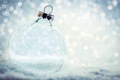 Шарик рождества стеклянный с пустым интерьером Снег и яркий блеск стоковое фото rf