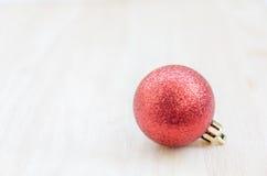 Шарик рождественской елки на деревянной предпосылке Стоковое Изображение