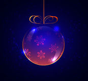 шарик Розов-золота стеклянный с снежинками на голубой предпосылке, Стоковые Изображения RF