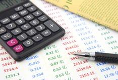 Шарик-ручка и калькулятор на технических спецификациях стоковое фото