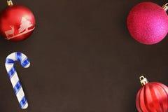 Шарик ручки, красного цвета, волнистых и розовых рождества на темном деревянном столе Стоковая Фотография