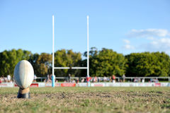 Шарик рэгби на спортивном поле Стоковое Фото
