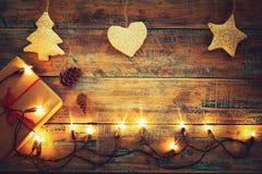 Шарик светов рождества с украшением на деревянной таблице Стоковое Фото
