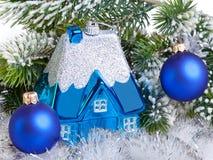 Шарик синего Нового Года и l дом - мечта Нового Года собственного дома. Натюрморт стоковое изображение