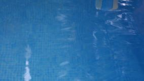 Шарик скользит плавать в бассейн сток-видео