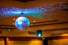 Шарик с яркими лучами, фото диско предпосылки партии ночи шарик диско светов партии стоковые фото