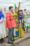 Шарик участников фестиваля национальностей ждать начало фестиваля на обваловке Dvortsovaya Стоковая Фотография