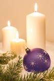 Шарик фиолетового рождества стеклянный с свечами Стоковое фото RF