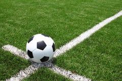 Шарик футбола на поле Стоковые Изображения