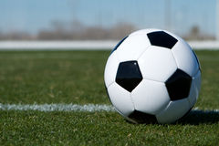 Шарик футбола на поле Стоковое Изображение