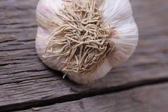 Шарик чеснока на старой деревянной текстуре Стоковые Фото