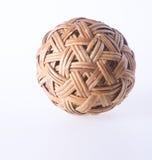 Шарик шарик ротанга на предпосылке шарик ротанга на предпосылке Стоковое Изображение