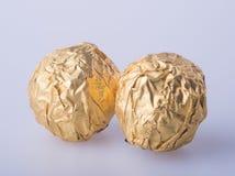 Шарик шоколада или шарик шоколада с миндалиной в pape сусального золота Стоковое Изображение