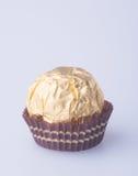 Шарик шоколада или шарик шоколада с миндалиной в pape сусального золота Стоковая Фотография RF