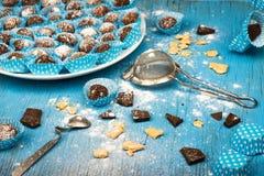 Шарик шоколада, разлитый сахар, шоколад, голубая доска Стоковое Изображение RF