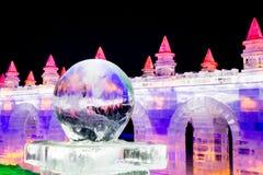 Шарик льда на ноче перед зданиями льда Стоковое Изображение RF
