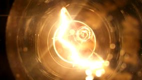 Шарик, электричество, интенсивность света, ампераж, нить вольфрама, закутал светлый, яркий свет акции видеоматериалы