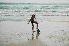 Шарик beach2 мальчика Стоковая Фотография RF