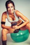 Шарик Exercis женщины фитнеса Стоковая Фотография